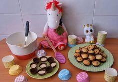 Día de reposteria haciendo cupcakes! Mientras @friedrich.leopold se come todo!  #hoshi #hoshielunicornio #unicornio #unicorn #einhorn #ユニコーン #единорог #licorne #star #estrella #amigurumi #あみぐるみ #amigurumidoll #yarn #crochet #ganchillo #cook #cupcake #minicupcake #magdalenas #loshiceyo #reposteria #trebol #stpatrick #green #friends #fun #happy #weekend @loshiceyo by hoshi_el_unicornio