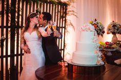 A melhor forma de celebrar o Dia do Beijo e inspirando muito amor! Então, confira agora  no Bem Me Quer Casar o lindo casamento de Erika e Augusto e se emocione!