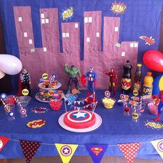 """J'avais dit """"cette année pas de folie on va faire simple"""", j'avais d'ailleurs commencé par faire un appel sur la page Facebook en demandant """"des idées de thème pour un anniversaire pas compliqué"""" parce que non vraiment cette année je ne le sentais pas.... Geek Birthday, Avengers Birthday, Birthday Diy, Birthday Parties, Anniversaire Captain America, Hero Squad, Birthday Table Decorations, Superhero Party, Diy Photo"""