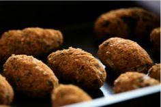 ngredientes: 250g de trigo para quibe (o que Bela Gil chama de triguilho no programa) 1 copo do bagaço de amêndoas (o que sobra da receita de leite de amêndoas,  também apresentada neste episódio.veja aqui) 2 cenouras raladas finas 1 copo de hortelã picada 1 cebola média cortada em cubinhos pequenos 1 limão 4 colheres de sopa de shoyu Azeite, sal marinho e pimenta do reino para temperar  Medidas mundiais: 1 xícara (chá) = 240ml 1 copo americano = 200ml  Modo de preparo: Coloque o trigo…