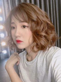 Mốt tóc ngắn xoăn bồng bềnh không bị già mà còn giúp con gái xinh như búp bê
