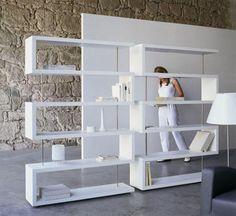 Estantería asimétrica en blanco estilo moderno Contemporary Interior Design, Modern House Design, Bookshelves, Bookcase, Gabion Wall, Studio Living, Unique Furniture, House Rooms, Home Decor Inspiration