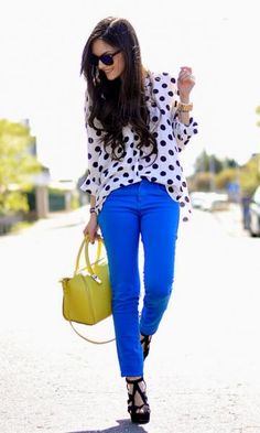 Look Poá e Cores. Calça azul, azul bic, bolsa amarela, pois, modait moda it, fashion, style.