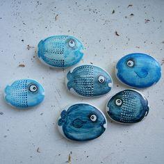 ,,RYBÍ+SVĚT....MODRÉ+RYBY,,+Malované+kamínky - oblázky+z+kolekce+,,RYBÍ+SVĚT,,+v+modrých+barvách+a+různých+škálách..oválné+i+bachraté+:)+Velikost+cca+5*4+cm+největší+a+dále+různě+velké+a+menší.Další+rybičky+postupně+v+nabídce.... +Rybičky+z+rybího+světa+si+můžete+objednat. +Cena je+za+jeden+kus :-)