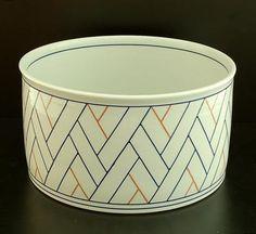 Leen Quist: Porseleinen kom met lineaire geometrische decoratie ontwerp uitvoering Leen Quist in eigen atelier ca.1980