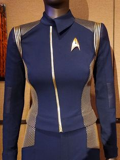 Presented below are some detailed photos of a screen worn Starfleet Captains Duty Uniform from the new Star Trek: Discovery television s. Star Citizen, Halloween Cosplay, Halloween Costumes, Halloween Ideas, Movie Costumes, Star Trek Costumes, New Star Trek, Star Wars, Star Trek Memorabilia