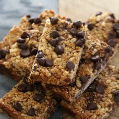 Perfectly easy chocolate chip muesli bars that take only 10 minutes to prepare (and even less time to eat! These are a winner with the whole family! I'm a big, big fan of muesli bars. Chocolate Chip Granola Bars, Chocolate Treats, Chocolate Recipes, Healthy Muesli Bar Recipe, Healthy Snacks, Healthy Bars, Muesli Bars, Decadent Chocolate, Vegetarian Chocolate