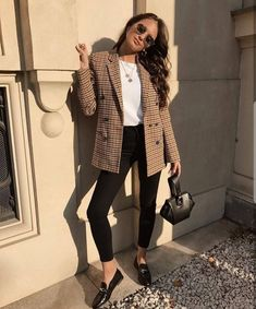 Look Blazer + T-shirt Casual Work Outfits, Mode Outfits, Work Casual, Fashion Outfits, Casual Work Outfit Winter, Casual Jeans, Casual Summer, Casual Fall, Formal Outfits