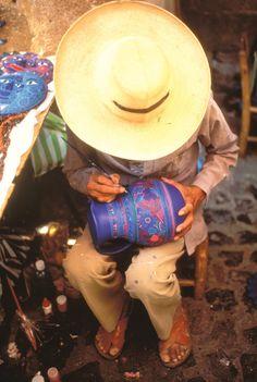 Esta pintura mostra una artesanía. La artesanía es una olla. La olla es hecho a mano. Un artista le pinta intenciones.