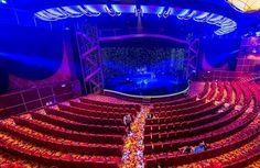 Ànoite, nosalão central, são apresentados diversos shows aapresentações. Todos oseventos são gratuitos.