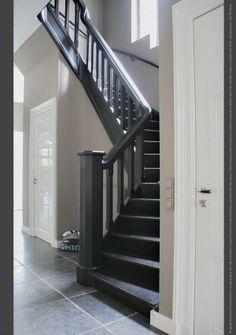 Vloerverf kleur Black, Geen primer nodig, details over deze verf op onze site. Deuren in Silk White hoogglans en de muur in krijtverf kleur Evening Shadow.
