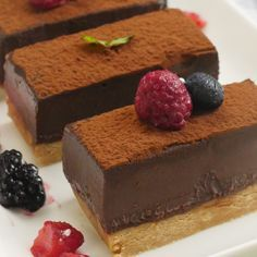 オーブン不要で簡単!「生チョコタルト」のレシピと作り方を動画でご紹介します。暑い夏でも火を使わずに、混ぜて冷やして固めるだけの、お手軽レシピです!とろ〜りとろける贅沢なくちどけを楽しんでくださいね♪ Chocolate Mousse Cake, Chocolate Desserts, Sweets Recipes, Cake Recipes, Japanese Cake, Types Of Cakes, Something Sweet, Food Dishes, Love Food