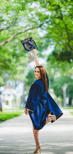 Graduation Picture Ideas For Girls, Grad Photo Ideas, College Graduation Pictures, Grad Pics, Graduation Portraits, Graduation Photography, Graduation Photoshoot, Senior Portraits, Cap And Gown Pictures