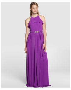 Vestido largo en color morado con adorno de volante en la sisa. Lleva cinturón del mismo tejido y detalle de abertura en la espalda. #vestidos #invitadas #bodas