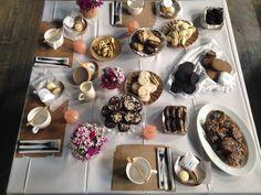 ALFAJORES De maicena, marplatenses de chocolate, de membrillo glaseados, puro chocolate (masa y mousse), nuez y dulce de leche, avena bañados en chocolate. Jugo de pomelo