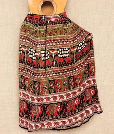 Pés sempre no chão natureza na alma! Este é o estilo de nossas saias maias.  Por R$4990. Frete grátis nas compras acima de R$15000.  Confira todos nossos modelos pelo Whatsapp: 13982166299  #modahippie #filhadanatureza #bohosoul