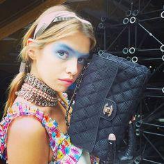 Backstage Instagram de la Fashion Week de Paris : Le look beauté aérien du défilé #Chanel printemps-été 2016 Chanel Airlines sac Chanel