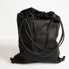 Pratico zaino a sacca in pelle con doppio laccio in pelle di chiusura. Due moschettoni permettono di portare la borsa anche a spalla.