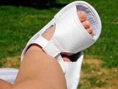 Hola a todos. Hoy en Telas Divinas vamos a aprender cómo hacer sandalias de bebé....
