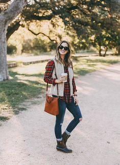 ☞❤ Top sperry duck boots outfit fall jeans - Any astute woman will be extremely cognizant about her look, really. Indeed, with regards to winter footwear decision, fastidious decision is extremely vital. Duck Boots Outfit, Winter Boots Outfits, Casual Winter Outfits, Fall Outfits, Outfit Winter, Casual Fall, Autumn Fashion Casual, Autumn Winter Fashion, Kendall Jenner