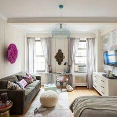 plan studio 20m2, sol en parquet clair, canape gris foncé avec coussins décoratifs