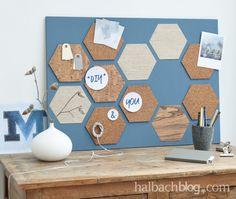 Halbachblog I DIY Tutorial: Kork - Holzfurnier - Stoff - Memoboard I DIY Interior I selbermachen I Pinnwand I Geo Look I Waben I Sechseck I geometrisch I selbstklebend I Natur, Blau