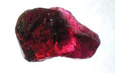 RUBÍ:  El rubí es otra piedra preciosa muy resistente. Es una variedad del mineral corindón (óxido de aluminio) y su color rojo es debido a la presencia del elemento cromo. En la antiguedad muchos creian que tenia poderes proféticos que pemitía predecir el futuro de quien la llevaba según los cambios de color en su piedra. Actualmente, Birmania es el mayor suministrador mundial de rubíes de alta calidad.