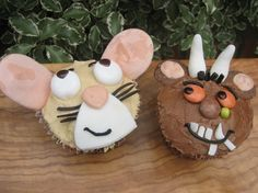 Use a brown Smartie for Gruffalo's nose and a green tic tac or green mini Smartie for his wart. For the Gruffalo ears, spoon blobs of pink chocolate onto the giant chocolate buttons Chocolate Buttons, Giant Chocolate, Chocolate Fondant, Melting Chocolate, First Birthday Cakes, First Birthday Parties, 2nd Birthday, First Birthdays, Birthday Ideas