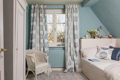 Gästezimmer in Blau mit Kissen und Gardinen  von Jane Churchill. Ich finde das passt super und bin total begeistert!