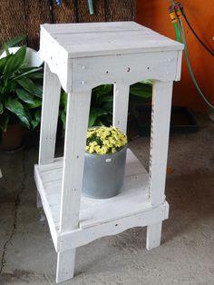 Gran pedestal para colocar macetas o decoración con flores. Procedente del reciclado de madera de palets.