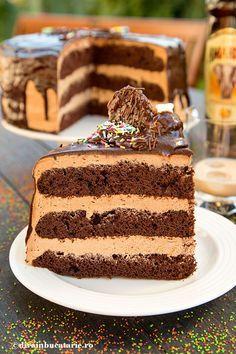 TORT DE CIOCOLATA CU CREMA AMARULA | Diva in bucatarie Moka, Cake Recipes, Dessert Recipes, Dessert Ideas, Strawberry Cupcakes, Chocolate, Relleno, Vanilla Cake, Nutella