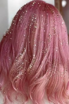 9 Hair Glitter Ideas That Are Perfect for NYE Thought hair glitter was solely for festivals? These are the best hair glitter ideas (plus the products you need) to bring the trend to Holiday Hairstyles, Party Hairstyles, Cool Hairstyles, Hair Tinsel, Thin Hair Cuts, Look Rose, Lob Hairstyle, Hairstyle Ideas, Long Layered Hair