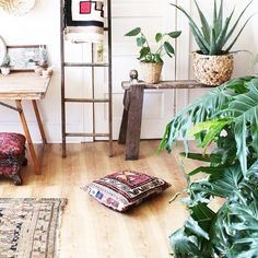 The next 10 days in Portland are supposed to be sunny and warm- and now so am I 🌞 . . . #experimentalvintage #vintage #vintagestyle #rug #rustic #home #decor #housebeautiful #plant #plants #urbanjunglebloggers #jungalowstyle #kilim #interior #interiors #interiores #design #interiordesign #etsy #theeverygirl #thatsdarling #dslooking #apartmenttherapy #wood #portland #pdx #pnw #style