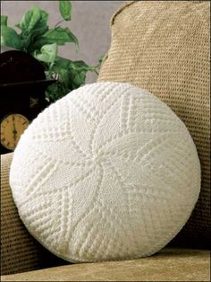 Free Home Decor Knitting Patterns - Make a pillow to accent your home decor. This free knit pillow pattern features a different pattern on each side. Crochet Cushion Cover, Crochet Pillow Pattern, Knit Pillow, Throw Pillow, Knitted Cushions, Knitted Afghans, Knitted Blankets, Knitting Patterns Free, Knit Patterns