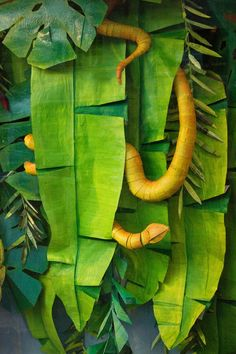 Jungle leaves and snake Rainforest Classroom, Rainforest Theme, Rainforest Crafts, Rainforest Project, Jungle Party, Jungle Theme, Safari Party, Paper Leaves, Paper Flowers