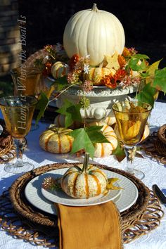 Love seeing this type of table setting, especially for holidays & special occasions.