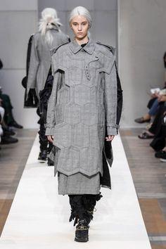 Comme des Garçons at Paris Fashion Week Spring 2019 Grey Fashion, Runway Fashion, Fashion News, High Fashion, Womens Fashion, Fashion Design, Comme Des Garcons, Icon Design, Winter Jackets