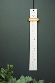 15 Modern Calendars for 2018 - Dıy Desk vintage Ideen Wall Calendar Design, Diy Calendar, Free Printable Calendar, 2021 Calendar, Photo Calendar, Cool Calendars, Desk Calendars, 5 Minutes Journal, Graphic Design Magazine