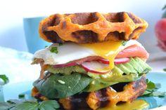 Burger en gaufres de patate douce Marmite, Lunch Time, Hamburger, Waffles, Food Porn, Good Food, Brunch, Healthy Recipes, Healthy Food