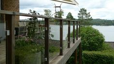 Glas och klämfästen på balkong vid sjö. Glas and clamps on balcony by a lake.