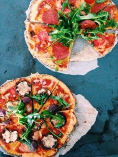 Pizza base made out of cauliflower! Vegetable Recipes, Vegetable Pizza, Easy Healthy Recipes, Easy Meals, Mozzarella, Cauliflower, Keto, Vegetarian, Baking