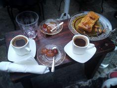 Słodkie chwile, czyli kawa po grecku podana z baklavą.  Greek coffee with baklava.