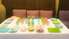 Detalle de la mesa de niños en la comunión de una niña