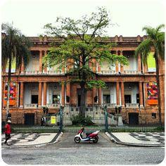 Fundada em 1905 e regulamentada como museu público em 1911, é o museu de arte mais antigo de São Paulo; com quase 8 mil obras no acervo ... #turismo_na_cidade #scooturismo #use_scooter #scooter #scooterista #Honda #Lead #PCX http://www.scooterista.com.br/