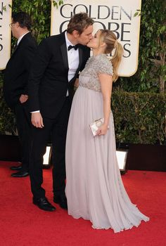 Dax Shepard and a very pregnant Kristen Bell were adorable on the Golden Globes red carpet. Golden Globe Award, Golden Globes, Maternity Fashion, Maternity Dresses, Maternity Style, Pregnancy Fashion, Maternity Tees, Maternity Pictures, Celebrity Couples