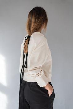 #minimal #fashion #pullover #hair #hairstyle #tailored pants #model #daylight Minimal Fashion, Leather Backpack, Hairstyle, Pullover, Model, Pants, Clothes, Hair Job, Trouser Pants