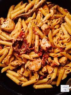 Chicken penne, mozzarella and candied tomatoes - Pasta: 22 recipe ideas . No Salt Recipes, Pasta Recipes, Cooking Recipes, Healthy Recipes, I Love Food, Good Food, Yummy Food, Chicken Penne, Salty Foods
