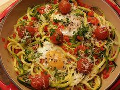Courgette spaghetti is natuurlijk vegetarisch, maar heb je dit wel eens met een eitje geserveerd? Een brunchgerecht dat verrast en snel op tafel staat.