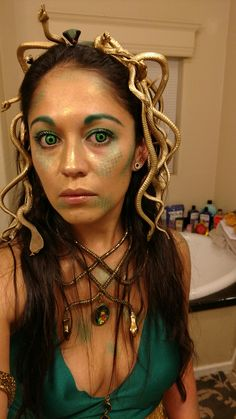 Meduse You are in the right place about kids halloween table Here we offer you the most beautiful pi Medusa Halloween Costume, Snake Costume, Halloween Mode, Halloween Inspo, Creative Halloween Costumes, Halloween Fashion, Couple Halloween Costumes, Halloween Outfits, Renaissance Fair Costume
