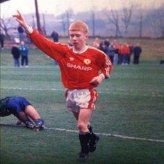 Paul Scholes, de niño ya jugando con el Manchester Utd.